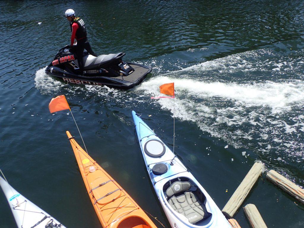 横浜大岡川で、水上バイクの検証実験です。