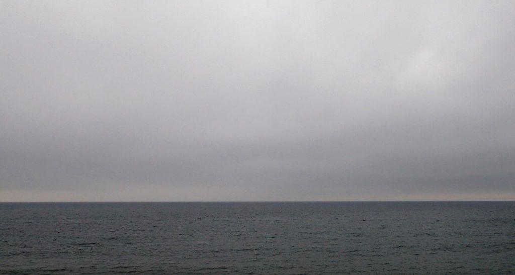 空と海がグレーになる雨の日の楽しみ方