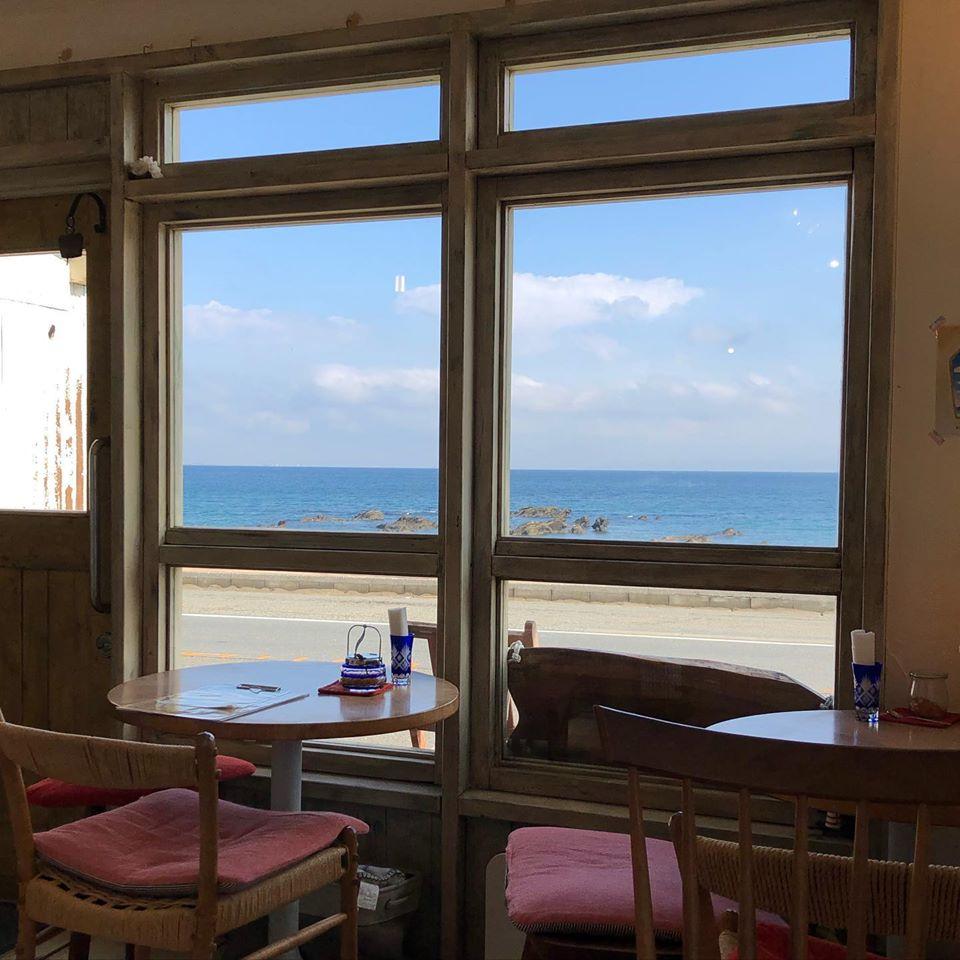 【三浦ぐらし】窓辺から海しか見えないカフェ「南風COFFEE」
